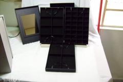 Caixa modelo combo possue 3 bandejas removíveis sendo uma para anéis e brincos pequenos, outra para colares e outra para brincos e peças maiores