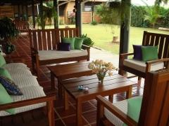 Bancos e mesas de area de madeira de ipe