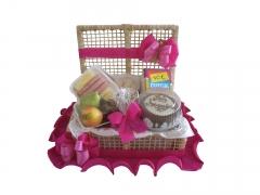 Bela cesta de café da manhã ,seguindo bolo de aniversário