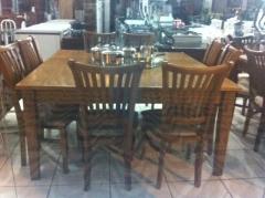 Mesa de madeira quadrada com 8 cadeiras