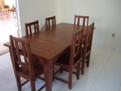 Mesa de madeira retangular com 6 cadeiras