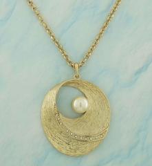 Colar dourado oval com acabamento escovado, pérola e detalhes em strass cristal.