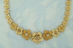 Colar flores banhado a ouro fosco e brilhante com detalhes em strass cristal.