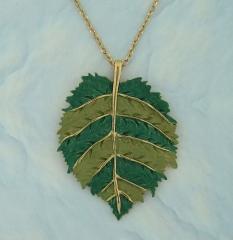 Colar folha banhado a ouro, detalhes em tons de verde.