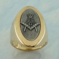 Anel maçon banhado a ouro com símbolo da maçonaria banhado em prata velha.