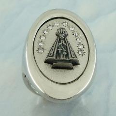 Anel Nossa Senhora de Aparecida, banhado a ródio e prata velha, detalhes em strass.