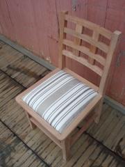 Cadeira com estofado de madeira maciÇa