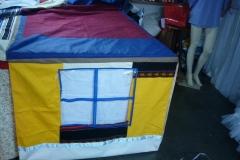 Cabana mesa em tecido rustico   com janelas, e portas