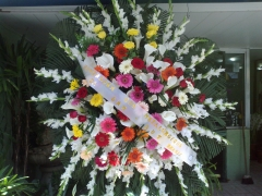 Coroa de flores c u t presta homenagens
