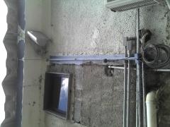 Um Absurdo. fios de CFTV e PABX pendurados e condutor de para raios