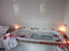 Banho de noiva , com espuma e pet�las de rosas em hidromassagem