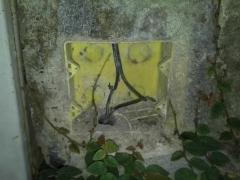 Emendas em cabo de telefonia feita de forma incorreta e desprotegida. oxidada o cabo antigo com contato com aguá gerava problemas com interrupção e chiadeira nas ligações.