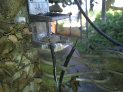 Cabo telefônico antigo de entrada totalmente oxidado. restou ligar para a Telefônica fazer a troca do cabo.