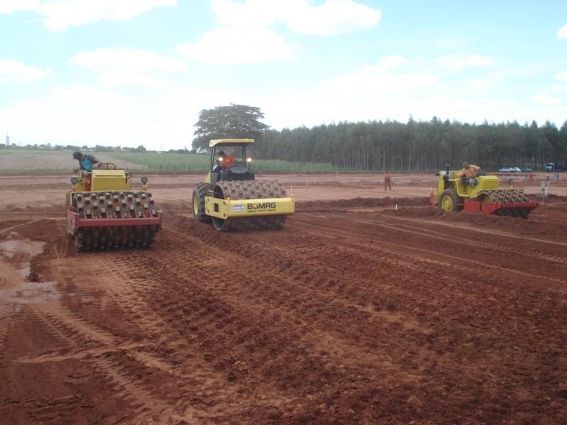 Serviços de terraplenagem com bobcat e caminhão basculante