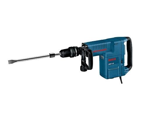 Potente para furar e cinzelar. Remoção de 225 kg de concreto por hora na função cinzelamento. Mecanismo de percussão praticamente isento de vibrações. Sistema de encaixe SDS-max. Velocidade variável (6 velocidades). Constant Electronic (velocidade e força constantes). Service Display. Vario Lock (12 posições). Empunhadeira auxiliar ajustável a 360°. Embreagem de segurança. Ótimo diâmetro 30 - 52 mm.