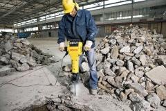 Para os trabalhos pesados de demolição. Rendimento de remoção de concreto de dureza média de 2.720 kg por hora. Ideal para remoção de pavimentos, cimento, concreto, etc. Impactos individuais de alta intensidade. Empunhadeiras com amortecimento antivibração. Significativamente mais silencioso que qualquer outro pneumático de sua classe. Escovas de carvão autodesligantes. Sistema de encaixe hexagonal.