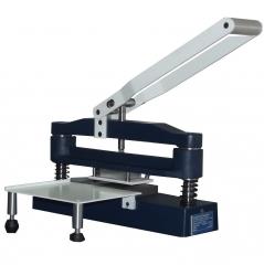 Guilhotina Duplo Corte, equipamento manual utilizado para preparação de corte de corpos-de-prova em diversos tipos de ensaios físicos, conforme normas técnicas.