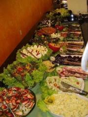 Variedade em saladas e pratos quentes