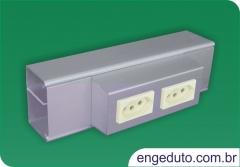 Canaleta em aluminio (70x45mm) com um intersepto descentralizado para tomadas el�tricas e rj45. acabamento: anodizado fosco