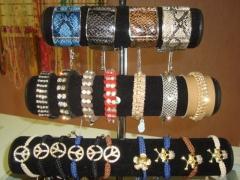 Braceletes de courinho e couro de cobra.