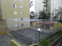 Rede em quadra de futebol