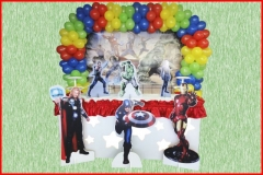 Painel ,arco de balões ,mesa para bolo e doces e display no chão