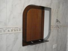 Espelhos sobre espelho com prateleira