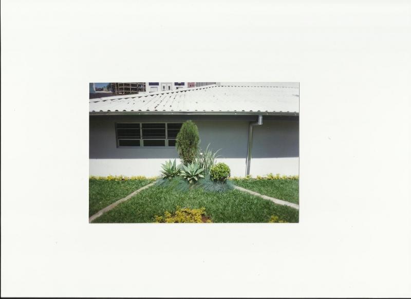 Neste pequeno espaço temos as seguintes plantas, Tuia verde, Moréia, Buxinho, Agave atenuata, Grama azul e Grama sempre verde.