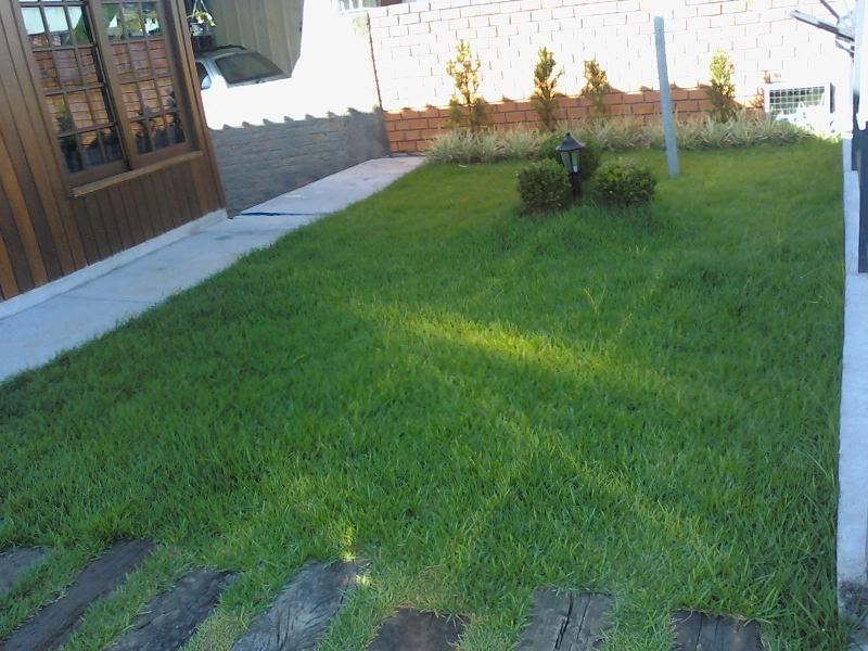 Este espaço é composto das seguintes plantas, Podocarpus, Liriope variegata, Buxinhos e grama Esmeralda.