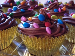 Cupcakes de chocolate e massa com cholate chips
