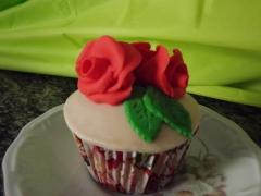 Cupcake rosas em pasta americana com recheio maçã e canela