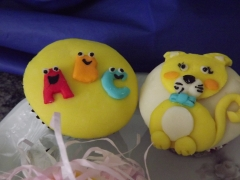 Cupcakes divertidos em pasta americana com recheio maçã e canela