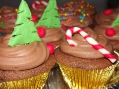 Cupcakes natalinos recheados com ganache de chocolate