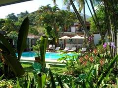 Jardim e piscina da pousada