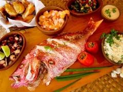 Tábua de frutos do mar - camarão, peixe, polvo, tomates
