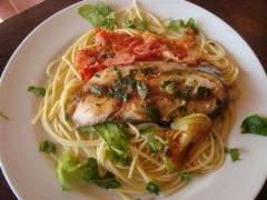 Espagueti e posta de peixe com ervas e molho de tomate