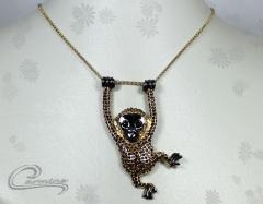 Pingente macaco muriqui - 10 camadas de ouro 18k - com aplique de rodio negro