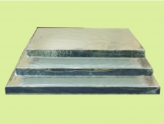 Tabuleiro em isopor forrado com papel laminado pronto para o uso