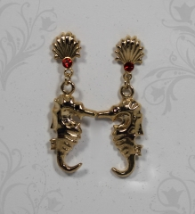 Pingente cavalo marinho com pedras na cor vermelho siam - joias carmine