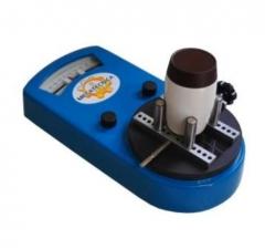 Torquímetro analógico mod. tat / m  linha embalagem  equipamento utilizado para determinação da torção de abertura e fechamento de todos tipos de tampas rosqueadas; a torção é realizada nos dois sentidos de rotação, onde os tops de arraste indicam o torque máximo obtido na escala dupla de indicação simultânea em n.m e in.lb; morsa de fixação auto-centrante com mordentes aderentes, pra embalagens com diâmetros entre 15 a 170mm; características técnicas versão: 1,8 - 3 - 6 - 12; faixa de torque: 1,8n.m/15in.lb - 3n.m/25in.lb - 6n.m/50in.lb - 12n.m/100in.lb; resolução: 0,05n.m/0,5in.lb - 0,1n.m/1in.lb - 0,2n.m/2in.lb - 0,4n.m/4in.lb; acessórios opcionais: *dispositivo caps para tampas plásticas de embalagens padrão pet.; dispositivo micro mordente para micro embalagens com diâmetros de 5 a 15mm.; dispositivo twist off manopla para tampas de embalagens padrão twist off.