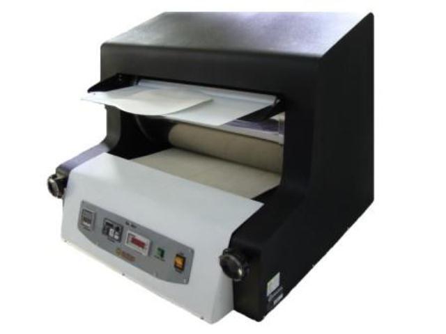 SECADOR DE FOLHAS MONOLÚCIDO  Linha Celulose  Equipamento indicado à secagem de folhas formadas em laboratório e após prensagem; Dotado de painel de controle de temperatura, velocidade e tempo (ajustáveis); Cilindro confeccionado em aço inox, medindo diâm. 350 mm. x 545 mm. de largura; Revestimento de feltro na largura de 500 mm.; Estrutura confeccionada em aço; Dimensões do secador 825 x 660 x 485 mm.