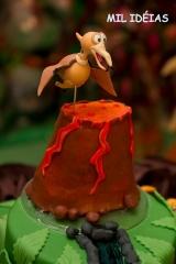 Topo de bolo vulcÃo com pterossauro sobrevoando