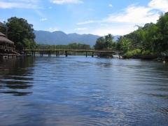 A ponte de madera sobre o rio una.