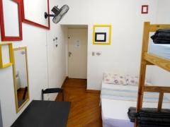 Quarto casal, com espaço para até 4 pessoas, banheiro coletivo.