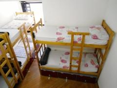 Quarto 8 camas, misto, banheiro coletivo.