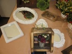 espelhos em gesso e caixa em mdf com arranjo floral