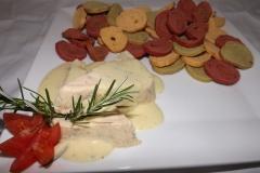 Terrine de frango defumado ao molho e mostarda em torradas coloridas