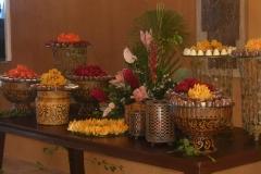 Decoração mesa doces com flores tropicais
