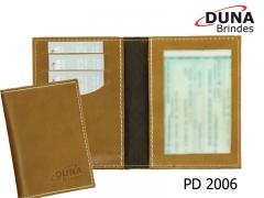 Porta documentos pd 2006 - personalizado com seu logotipo em baixo relevo ou silk screen, com moldura, três divisórias para cartões e duas divisórias para documentos, confeccionado em couro legítimo, couro sintético ou couro ecológico (recouro).