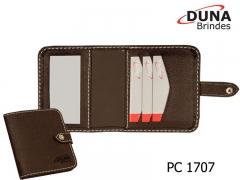 Porta cartão pc 1707 - personalizado com seu logotipo em baixo relevo, contendo 3 divisórias para cartão de visita e um espelho, confeccionado em couro legítimo, couro sintético ou couro ecológico (recouro) e fechamento por botão de pressão.